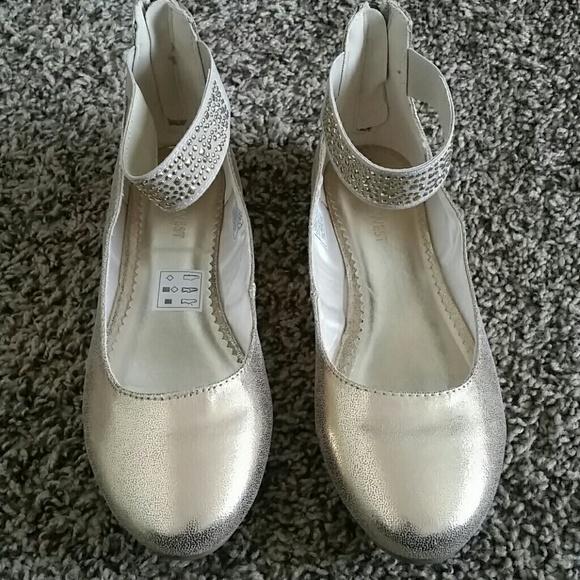 Brand New Girls Size 5 Gold Dress Shoe